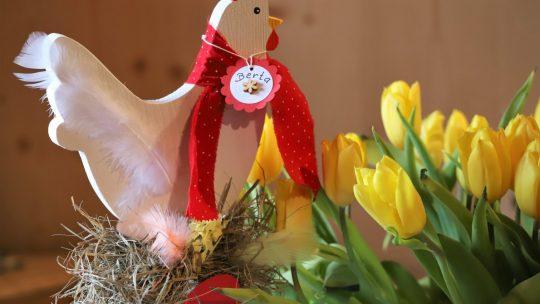 Der Osterhase bringt die Ostereier - Gelegt werden sie von Berta und ihren willigen Helferinnen. Foto: Knut Kuckel